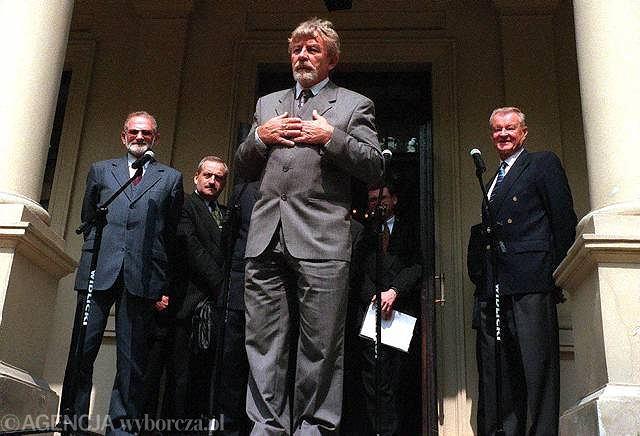Wizyta płk. Kuklińskiego w Polsce w 1998 r. Za nim stoją Bronisław Geremek i Zbigniew Brzeziński