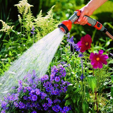 Nie ma to jak chłodny, życiodajny prysznic po suchym, upalnym dniu. Może to nam zapewnić pomocna dłoń sąsiada, firma ogrodnicza lub wielofunkcyjny sterownik do nawadniania ogrodu.