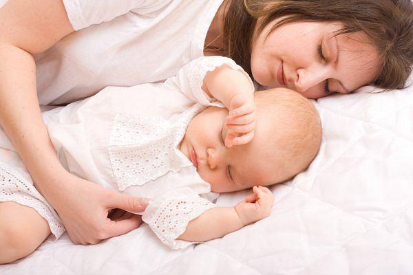 Ma�e dziecko potrzebuje przede wszystkim poczucia bezpiecze�stwa. A to daje mu blisko�� mamy