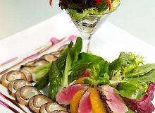 Sałatka z tuńczyka z pomarańczą na carpaccio z wędzonego łososia - ugotuj