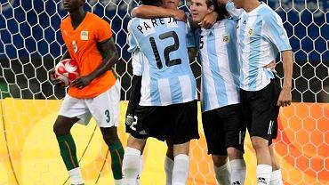 Lautaro Acosta zdobył druga bramkę dla Argentyny , co wprawiło jego kolegów w olbrzymią radość