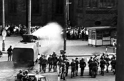 31.08.1982, Gorz�w Wielkopolski, pod Katedr�. Stan wojenny - oddzia� ZOMO podczas rozp�dzania niezale�nej manifestacji solidarno�ciowej zorganizowanej dla uczczenia drugiej rocznicy porozumie� sierpniowych z 1980 roku.
