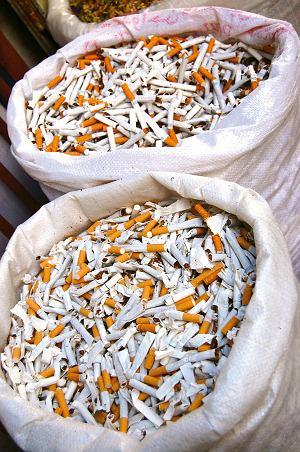 Na arabskim bazarze sprzedasz nawet połamane papierosy. Garść kosztuje jedną szeklę.