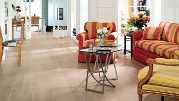 Dzięki stosowanym obecnie metodom fabrycznego wykańczania drewna świeżo ułożona podłoga może wyglądać tak, jakby leżała w domu od pokoleń