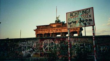O 23.30 9 listopada 1989 roku poszedł w górę pierwszy szlaban na przejściu przy Bornholmer Strasse w Berlinie. Około północy otwarte były już wszystkie punkty graniczne między Berlinem Wschodnim i Zachodnim...