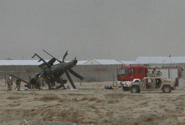 Ekipy techniczne przy wraku polskiego śmigłowca Mi-24, który dziś rozbił się w Afganistanie