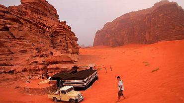Jordania, obóz beduinów na pustyni Wadi Ramm.