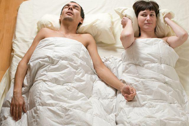 Problem chrapania zarówno u kobiet, jak i mężczyzn nasila się wraz z wiekiem.