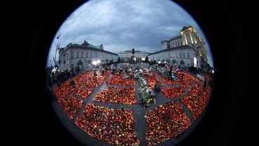 Znicze przed Pałacem Prezydenckim