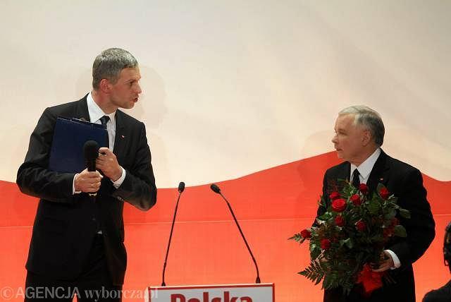 Jarosław Kaczyński, kandydat PIS na prezydenta RP i Paweł Poncyljusz, rzecznik sztabu wyborczego, podczas ogłaszania sondazowych wyników wyborów, Warszawa 20.06.2010 r.