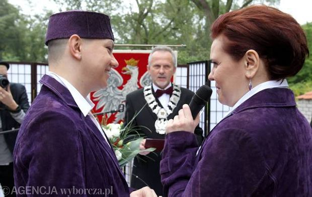 http://bi.gazeta.pl/im/1/8366/z8366061Q,Ania--po-lewej--jest-biologicznym-mezczyzna--ale-psychicznie.jpg