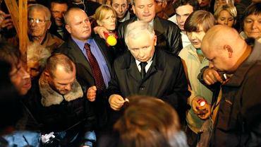 Jarosław Kaczyński na Apelu Jasnogórskim przed Pałacem Prezydenckim.