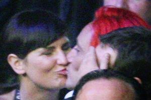 Pojawienie si� Micha�a Wi�niewskiego i Dominiki Tajner w sobot� na gali bokserskiej potwierdzi�o plotki, kt�re pojawi�y si� w poprzednim tygodniu. Piosenkarz romansuje z c�rk� trenera skoczk�w narciarskich.