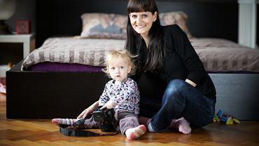 Karolina Marcinkowska z urodzoną w domu Kirą