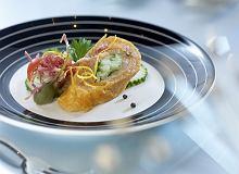Czerwone tortille z wędzonym łososiem i sosem Caesar - ugotuj