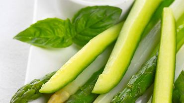 Szparagi z sosem czosnkowym