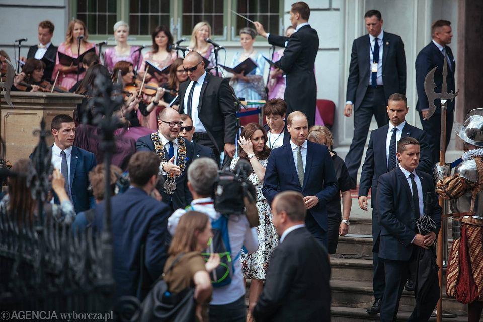 Zdjęcie numer 12 w galerii - Para książęca spotkała się z Wałęsą. Przywitały ją też transparenty o demokracji w Polsce