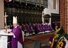 Kardyna� Glemp spocz�� w krypcie archikatedry �w. Jana