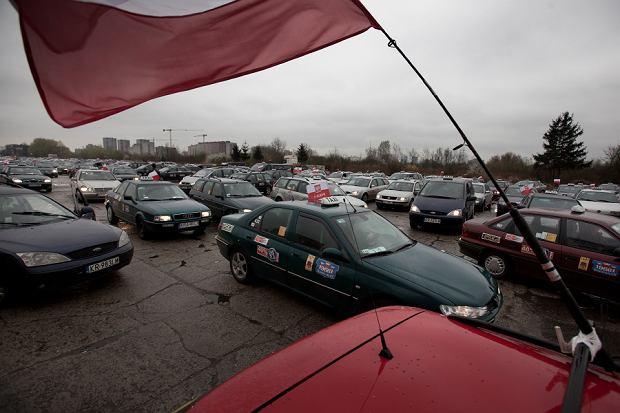 - Zbiórka taksówkarzy na pasie w proteście przeciwko deregulacjom w zawodzie. Kwiecień 2012r.