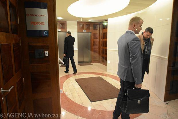 Komornicy przed wejściem do redakcji