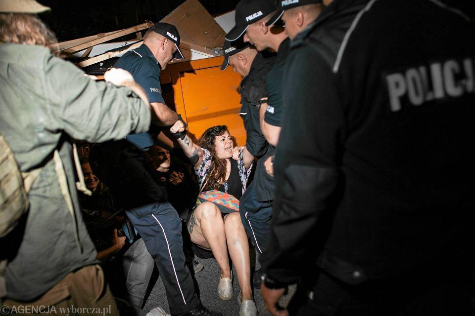 Policja siłą usuwała uczestników protestu na Wiejskiej