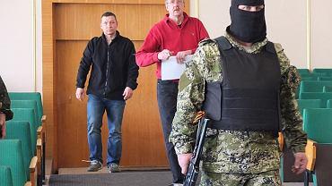 Separatyści wprowadzają porwanych oficerów. W czarnej bluzie major Krzysztof Kobierski