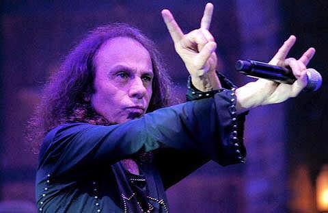 Fani Ronniego mogą znów zobaczyć legendarnego wokalistę. Jego hologram wyrusza w światową trasę koncertową. Pojawi się również w Polsce.
