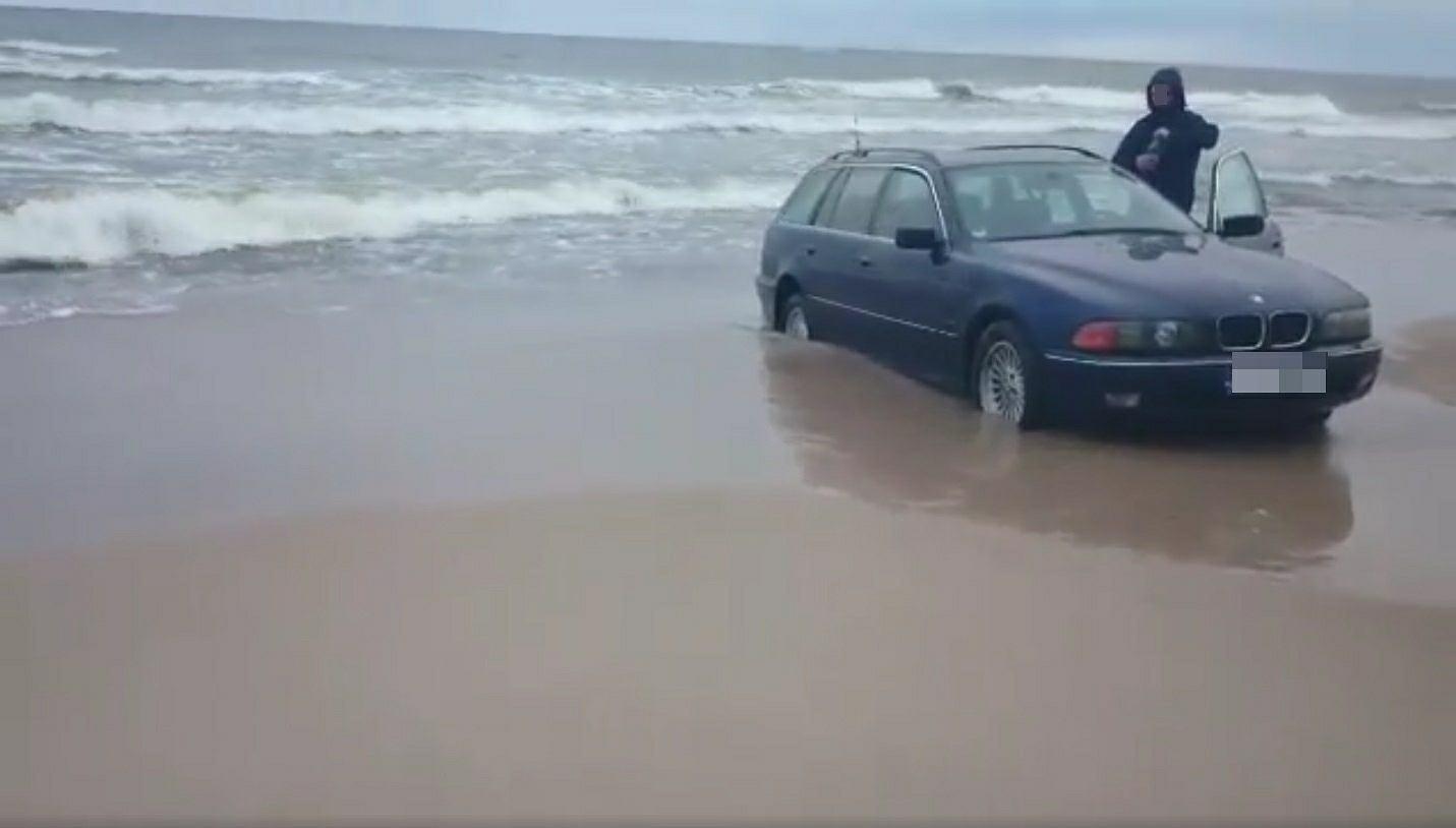 Wjechał Bmw Na Plażę W Mielnie I Już Tak Utknął Samoch 243 D Dotykał Tafli Wody