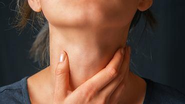 Pierwsze objawy raka gardła zazwyczaj przypominają typową infekcję górnych dróg oddechowych, dlatego tez ogromna chorych lekceważy takie dolegliwości i zgłasza się do lekarza zbyt późno, gdy możliwości medycyny są już bardzo ograniczone