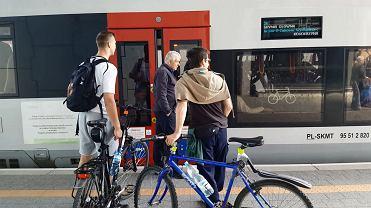 Rowerzyści znowu nie mieszczą się do pociągów na PKM