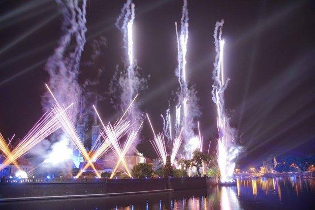 Tysiące wrocławian obejrzało nocą niezwykły spektakl na Odrze [ZDJĘCIA, WIDEO]