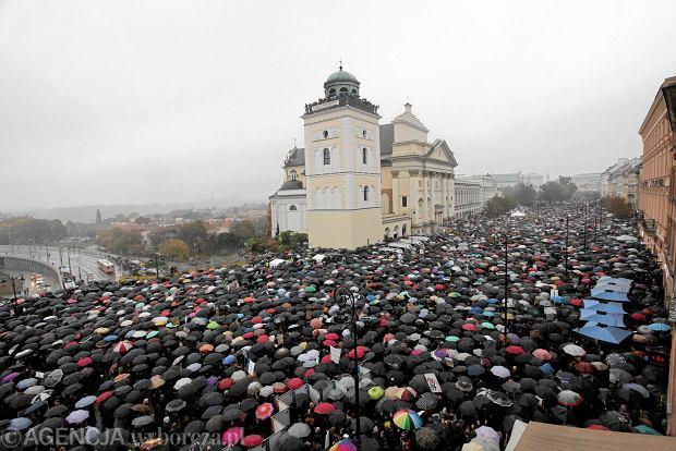 'Czarny protest' na placu Zamkowym w Warszawie, 3.10.2016 r.