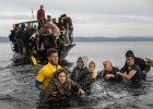 Greccy ratownicy pomagaj� uchod�com, kt�rzy dop�yn�li na wysp� Lesbos, 16 listopada br.