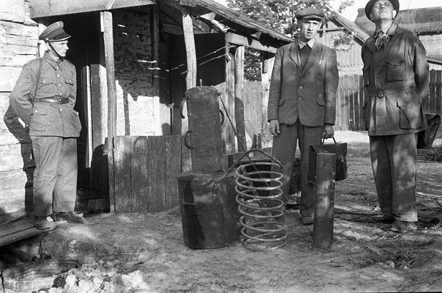 Komisja Specjalna była postrachem bimbrowników. W latach 1946-47 za produkcję samogonu groziły dwa lata obozu pracy. Na zdjęciu z 1947 r. inspektorzy Komisji razem z milicjantami i funkcjonariuszami Korpusu Bezpieczeństwa Wewnętrznego podczas nalotów w okolicach podwarszawskich Legionowa i Jabłonny, gdzie odkryli bimbrownię zmontowaną z prymitywnych kadzi i tłoków.