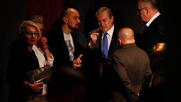 Wicepremier minister kultury i dziedzictwa narodowego Piotr Gliński (c) i Jan Klata dyrektor Teatru Starego (l) podczas premiery spektaklu ' Płatonow '.