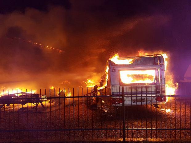Pożar przyczep kempingowych w Mścicach. Ponad 2 mln złotych strat [ZDJĘCIA]
