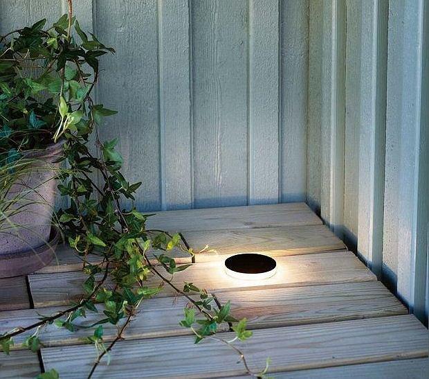 Tarasy można efektownie oświetlić dyskretnymi oprawami wpuszczonymi w podłogę.