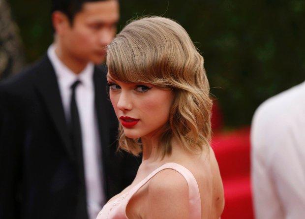 Według magazynu Forbes, Taylor Swift jest obecnie najlepiej zarabiającą artystką w branży muzycznej. Wokalista wspięła się na sam szczyt rankingu, wyprzedzając takie gwiazdy światowych scen jak Adele czy Madonna. Młoda Amerykanka zrzuciła z tronu Katy Perry, która triumfowała w 2015 roku.