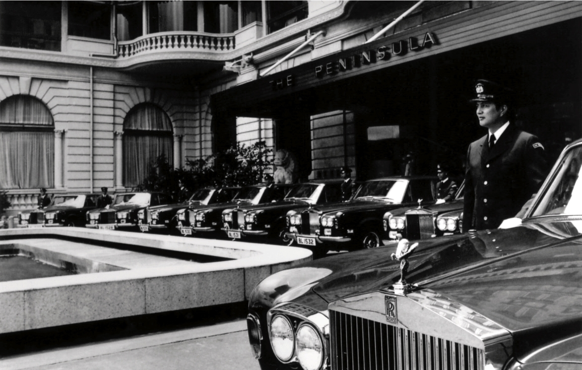 Szoferzy przed hotelem Peninsula, Hongkong, lata 80. XX w. (fot. Rolls-Royce Polska)