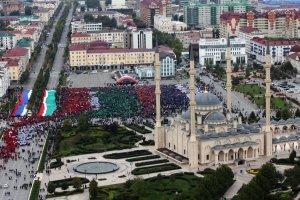 Urodziny Putina: w Groznym �wi�towa� wysz�o 100 tys. os�b