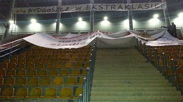 Wieszanie baneru na stadionie
