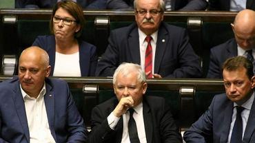 Szef MSWiA Joachim Brudziński, Jarosław Kaczyński i b. szef MSWiA i obecny minister obrony Mariusz Błaszczak w Sejmie