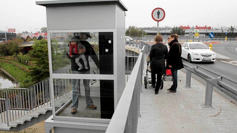 Trudno być pieszym na wiadukcie przy IKEA: jak informuje znak, chodzić po nim nie wolno, a winda nie działa