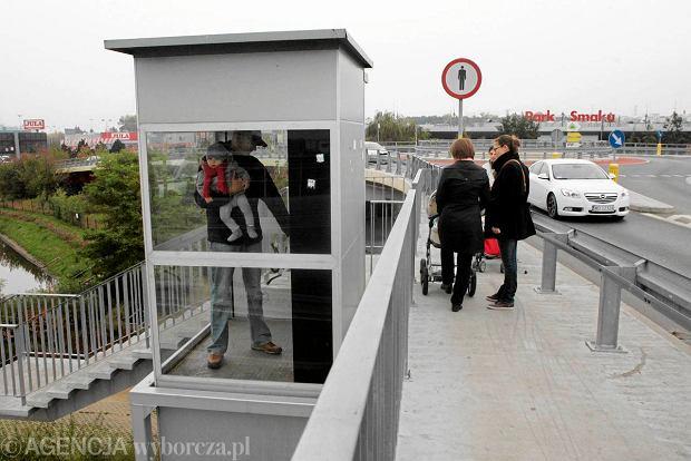 Trudno by� pieszym na wiadukcie przy IKEA: jak informuje znak, chodzi� po nim nie wolno, a winda nie dzia�a