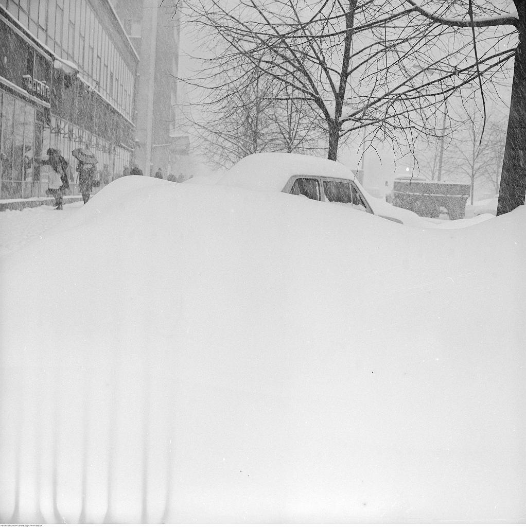 Całkowicie zasypany samochód Fiat 126p na ul. Malczewskiego, 30.01.1979
