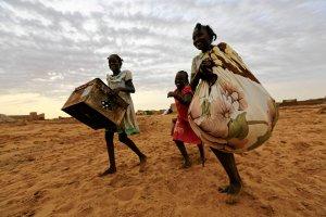 Sudan P�d.: Dziesi�tki tysi�cy ludzi zabitych, a domy i targi spalone. Cia�a zosta�y zjedzone przez ptaki i psy [RAPORT HRW]