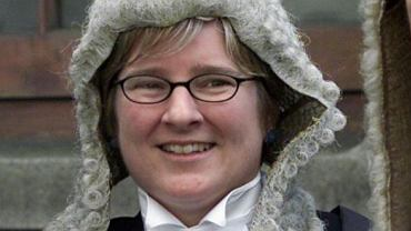 Aileen Donnelly jest sędzią irlandzkiego Sądu Najwyższego od 2014 r. Zajmuje się sprawami dotyczącymi ekstradycji. Skierowała do Trybunału Sprawiedliwości UE pytanie o możliwość ekstradycji Artura C. do Polski. Według niej, zmiany w polskim prawie naruszają zasady demokracji i nie zapewniają sprawiedliwego procesu.