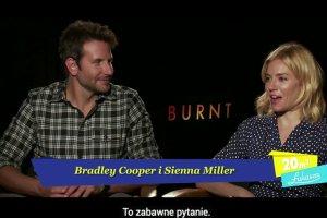 """�ukasz Jak�biak do Sienny Miller: Jak ca�uje Bradley Cooper? Szybka odpowied�. Ale za chwil� zmiana. """"Zawstydzona?"""""""