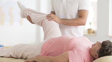 Po wszczepieniu endoprotezy kolana chory zostaje w szpitalu po operacji maksymalnie dziesięć dni. W tym czasie pacjent przyjmuje antybiotyki, leki przeciwbólowe oraz przeciwzakrzepowe. Charakter oraz rodzaj rehabilitacji dobierany jest indywidualnie dla każdego pacjenta