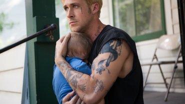 """Nie każdy tata wygląda jak Ryan Gosling w filmie """"Drugie oblicze""""/fot. mat. prasowe"""